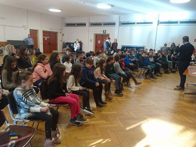 """Direktor Di Benedetto begrüßte die Schülerinnen, Schüler der 5. Klassen und ihre Lehrpersonen in der Aula der Mittelschule """"Carl Wolf"""""""