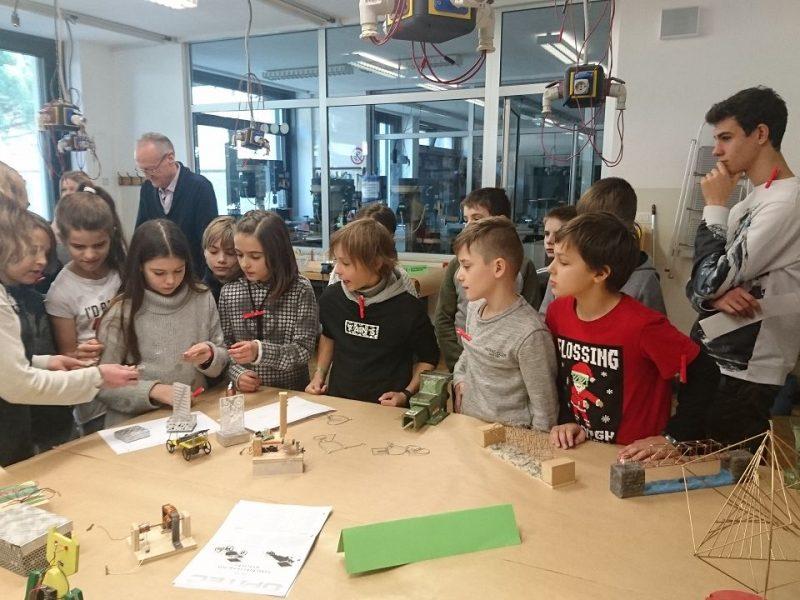 Schülerinnen des Technikzugs zeigten verschiedene Werkstücke und einen selbst gedrehten Film