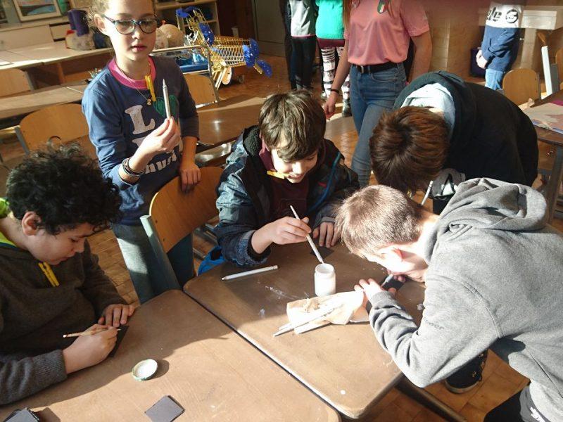 Grundschülerinnen und -schüler durften im Kunstraum ein Namensschild gestalten und sich...