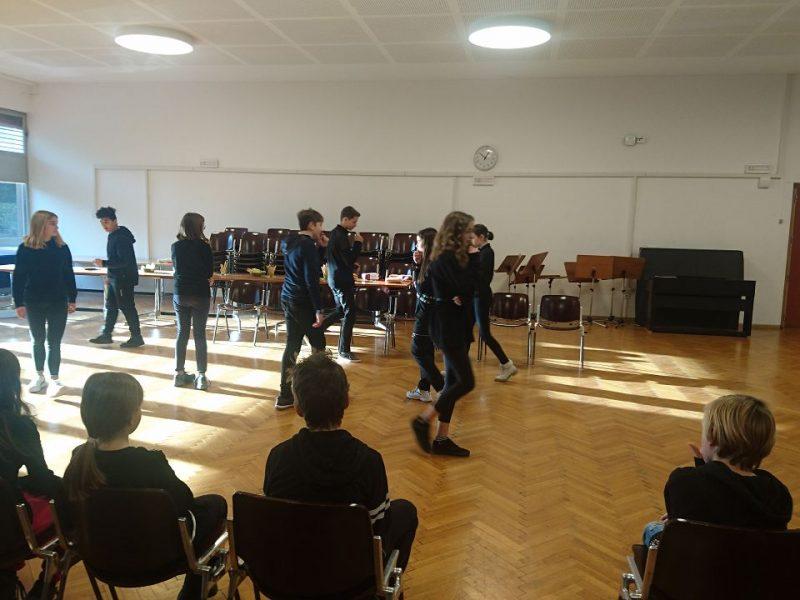 Schülerinnen und Schüler des Sprachenzuges hatten ein kleines Theater vorbereitet