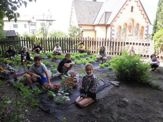 Die Kinder freuen sich, dass es im Schulgarten so schön wächst und blüht.